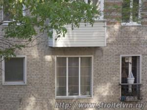 Большое окно до пола и еще один маленький балкон