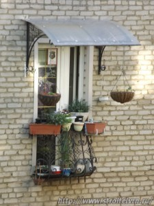 Французский миниатюрный балкон с козырьком