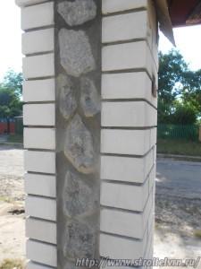 Участок, огороженный кованым забором, может рассказать о состоятельности его владельца.