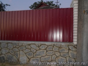 Для постройки заборов применяют различные материалы. Деревянный забор может быть представлен досками, штакетником, частоколом или плетнем.