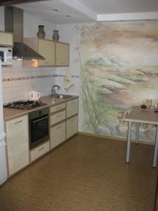 кухня с декоративными обоями